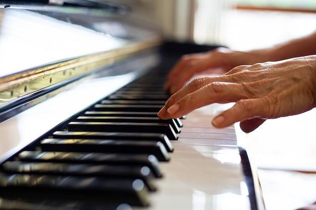 Gra na pianinie i ćwiczenie melodii muzycznej.