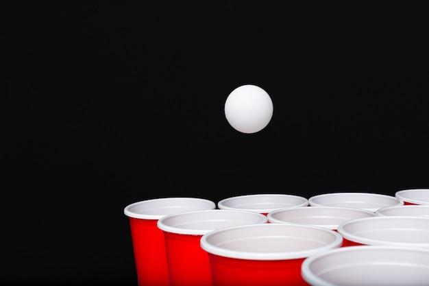 Gra piwo pong na drewnianym stole