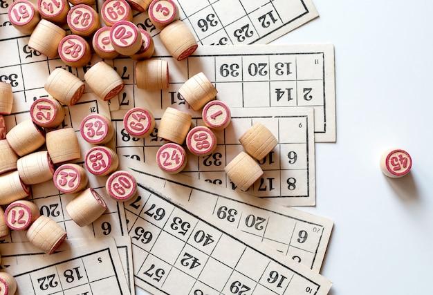 Gra planszowa family lotto. karty i beczki z numerami. graj w domu w mroźny zimowy dzień lub w nowym środowisku pandemicznym