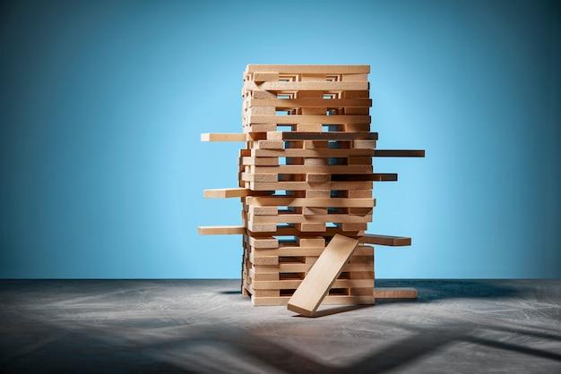 Gra planszowa jenga, wieża z drewnianych klocków na niebiesko