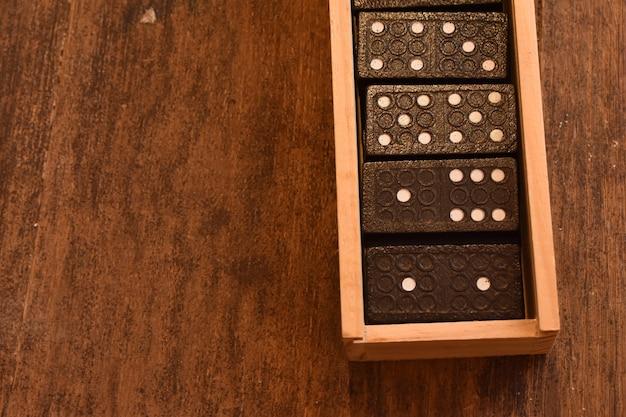 Gra w domino w drewnianym pudełku