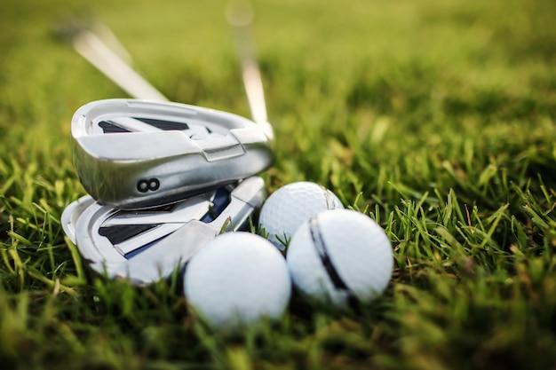 Gra w golfa - strzał w piłkę golfową z kijem golfowym