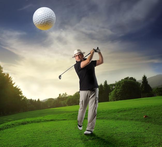 Gra w golfa w klubie