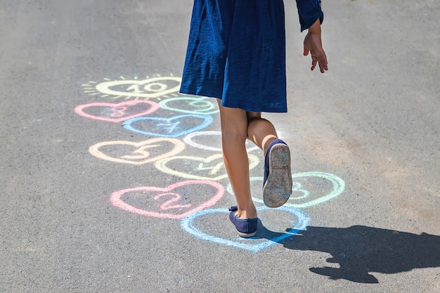 Gra w klasy dla dzieci na chodniku