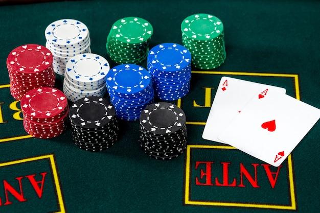 Gra w pokera. żetony i karty na zielonym stole