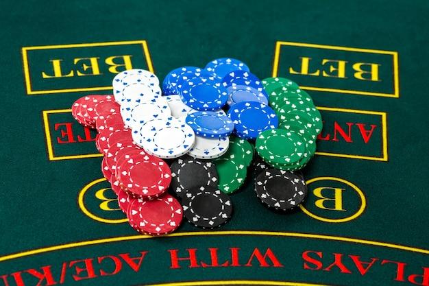 Gra w pokera. żetony na zielonym stole