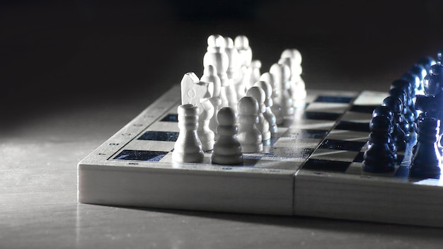 Gra w szachy. abstrakcyjna kompozycja figur szachowych.