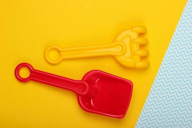 Grabie dla dzieci i łopata do piaskownicy lub plaży w kolorze żółto-niebieskim