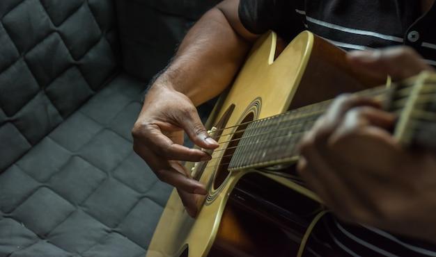 Grać na gitarze.