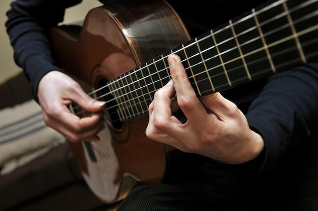 Grać na gitarze