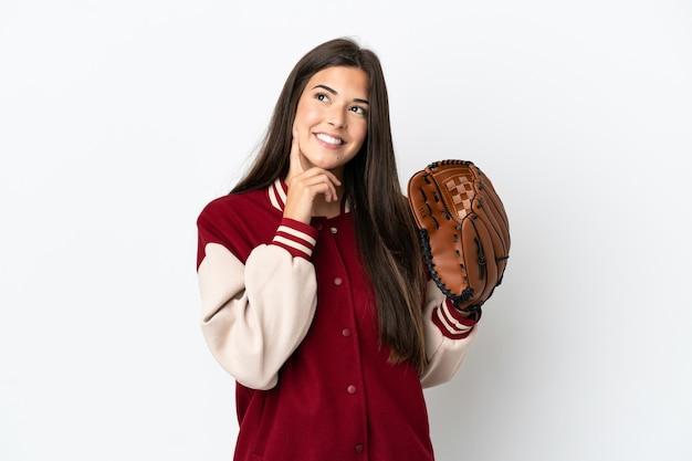 Gracz brazylijka z rękawicą baseballową na białym tle myśląca o pomyśle, patrząc w górę