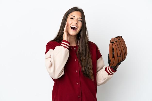 Gracz brazylijska kobieta z rękawicą baseballową na białym tle krzycząca z szeroko otwartymi ustami