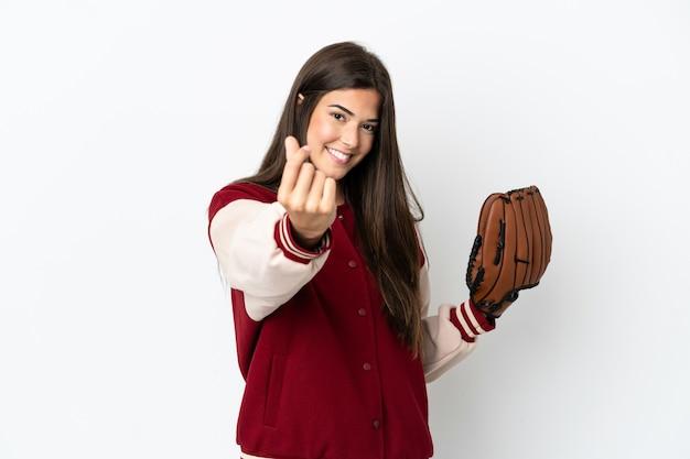 Gracz brazylijska kobieta z rękawicą baseballową na białym tle robi gest pieniędzy