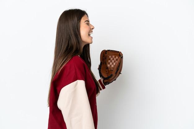 Gracz brazylijska kobieta z rękawicą baseballową na białym tle śmiejąca się w pozycji bocznej