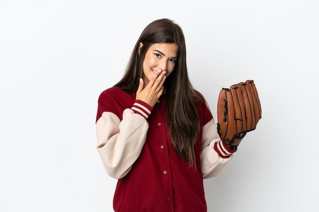 Gracz brazylijska kobieta z rękawicą baseballową na białym tle szczęśliwa i uśmiechnięta zakrywająca usta dłonią