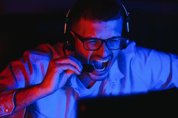 Gracz grający w strzelankę pierwszoosobową na wysokiej klasy komputerze.