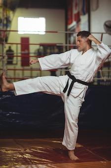 Gracz karate ćwiczący postawę karate