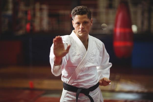 Gracz karate wykonujący postawę karate
