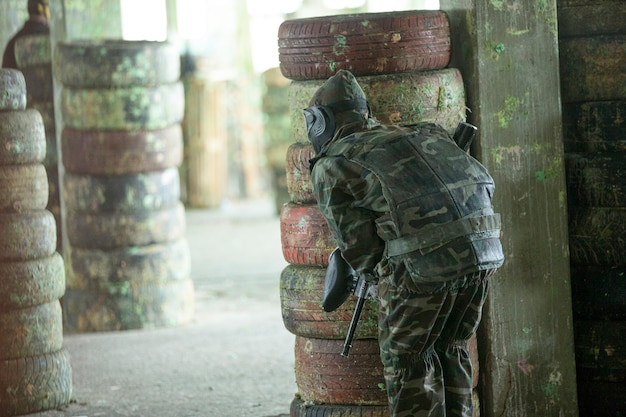 Gracz paintballa w strojach żołnierskich.