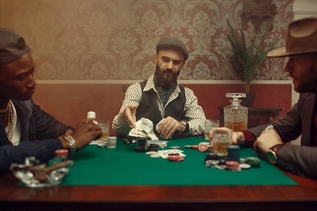 Gracz pokera stawia zakład, kasyno. uzależnienie
