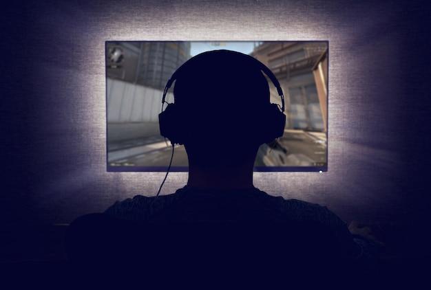 Gracz przed pustym monitorem