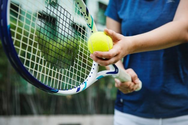 Gracz przygotowuje się do serwowania w tenisa