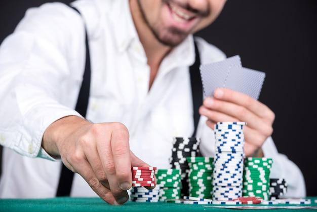 Gracz w pokera z żetonami pokerowymi.