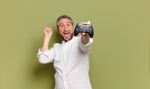 Gracz w średnim wieku mężczyzna z pilotem