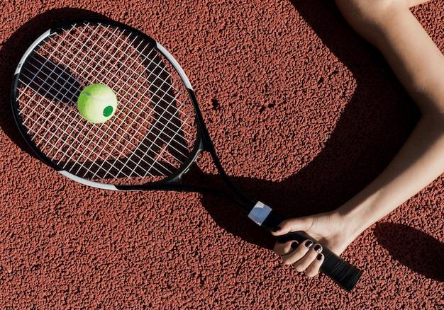 Gracz w tenisa mienia kanta odgórny widok
