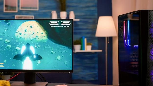 Gracz wideo korzystający z profesjonalnego komputera grającego w kosmiczną strzelankę z domu