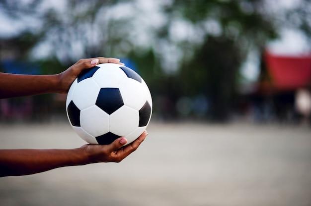 Gracz z piłką nożną