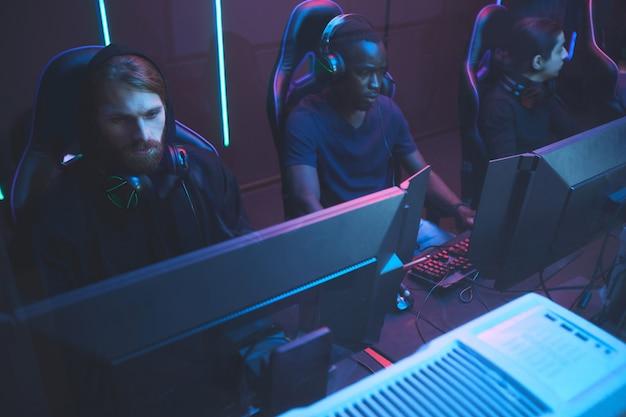 Gracze cybersport przed komputerami