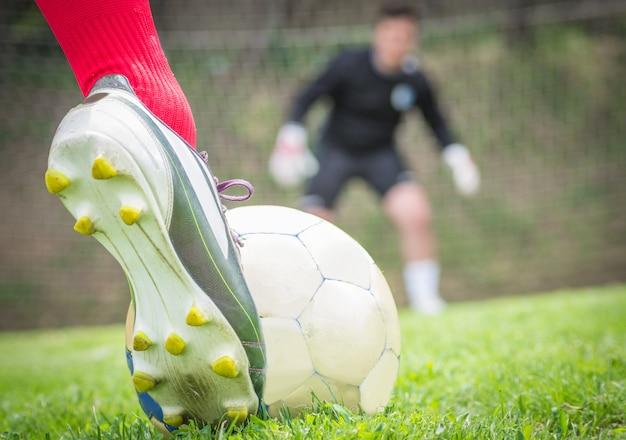 Gracze grający w piłkę nożną.
