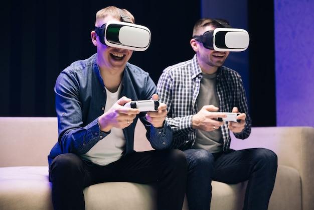 Gracze noszą okulary wirtualnej rzeczywistości z kontrolerami