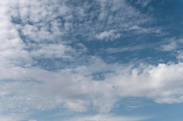 Gradientowe błękitne niebo z białymi chmurami