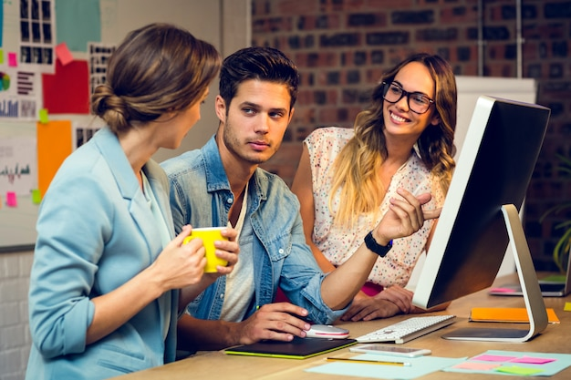Graficy dyskutują nad komputerem