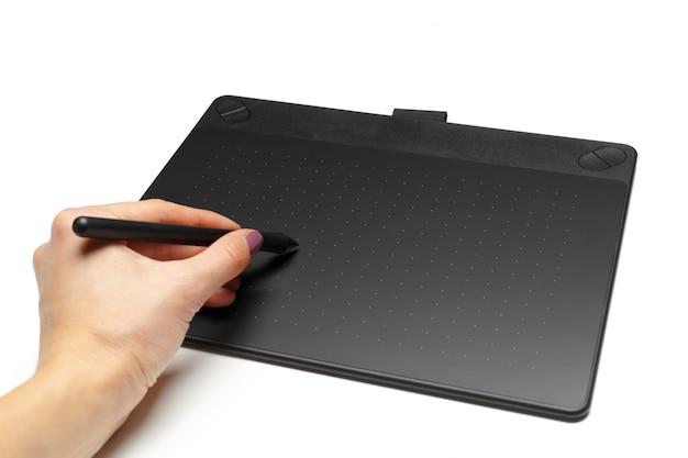 Graficzna pastylka z piórem dla ilustratorów i projektantów, odizolowywająca na bielu