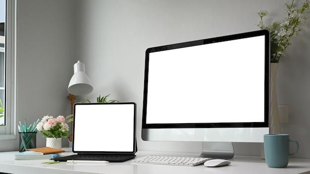 Graficzne miejsce pracy z wieloma ekranami komputerowymi w nowoczesnym biurze.
