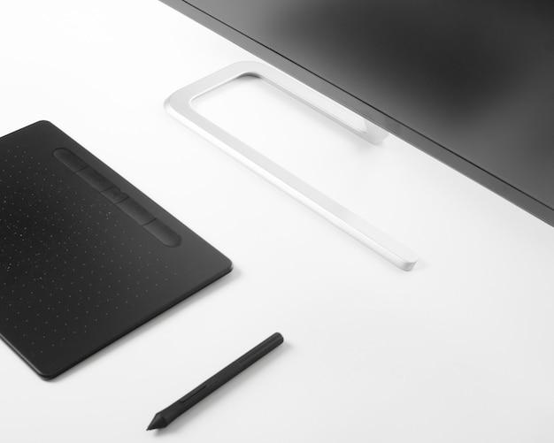 Graficzny pastylki pióro, monitor na białym stole na białym stole i