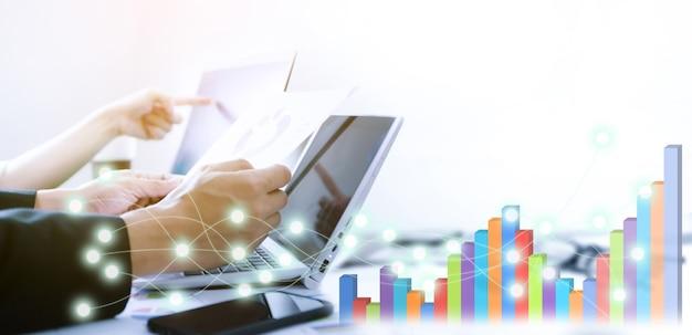 Graficzny projekt cyfrowy z pracownikami biznesowymi z laptopami z tyłu