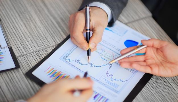 Graficzny wykres analizy leżący na biurku w biurze