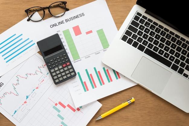Grafik i komputer podczas pracy w biurze