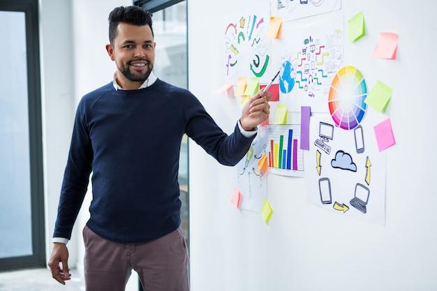 Grafik prowadzący prezentacje w biurze kreatywnym