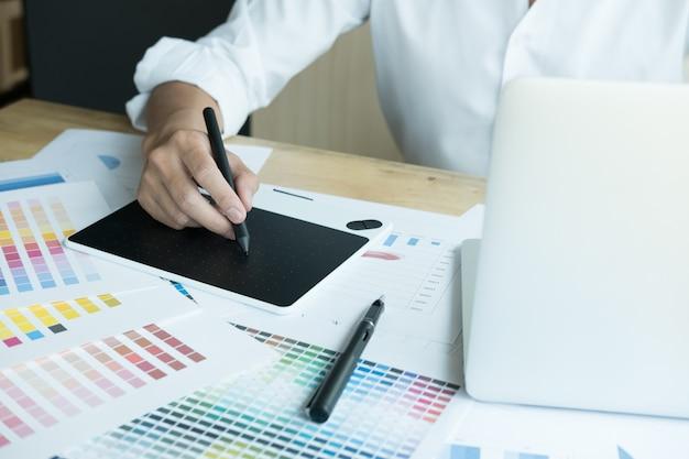Grafik współpracujący z próbką komputera i koloru