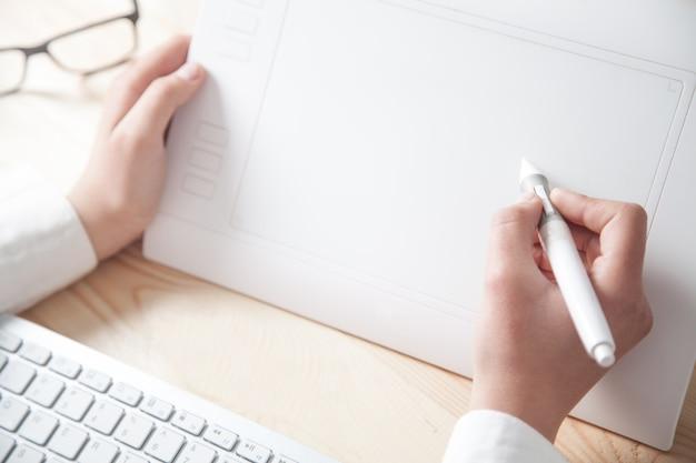 Grafik za pomocą tabletu rysunkowego w biurze