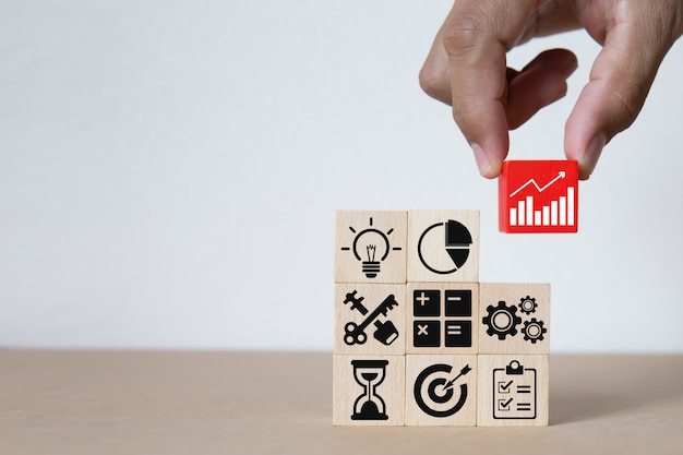 Grafika biznesowa ikony na drewnianych klockach.