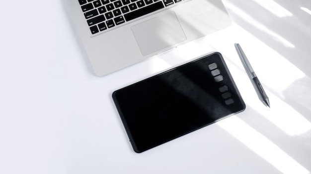 Grafika komputerowa z rysikiem cyfrowy obraz na białym tle