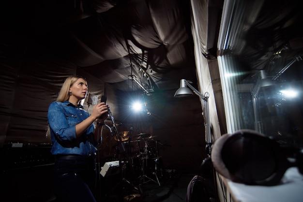 Graj dalej. wspaniały przystojny wokalista śpiewający kobiece wokale