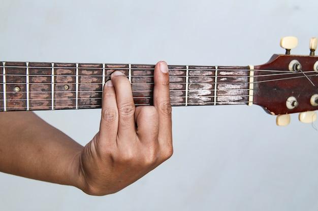 Graj gitarą ręcznie, jest to gitara akordowa