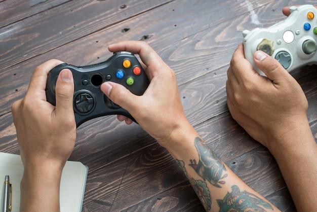 Graj w grę za pomocą joysticka